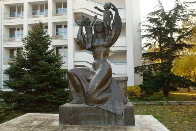 Скульптура Материнство в Евпатории