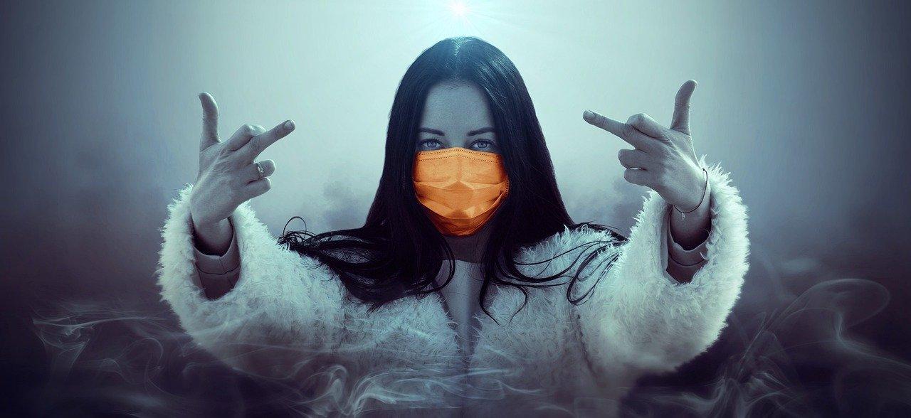 Девушка - бунтарка в маске