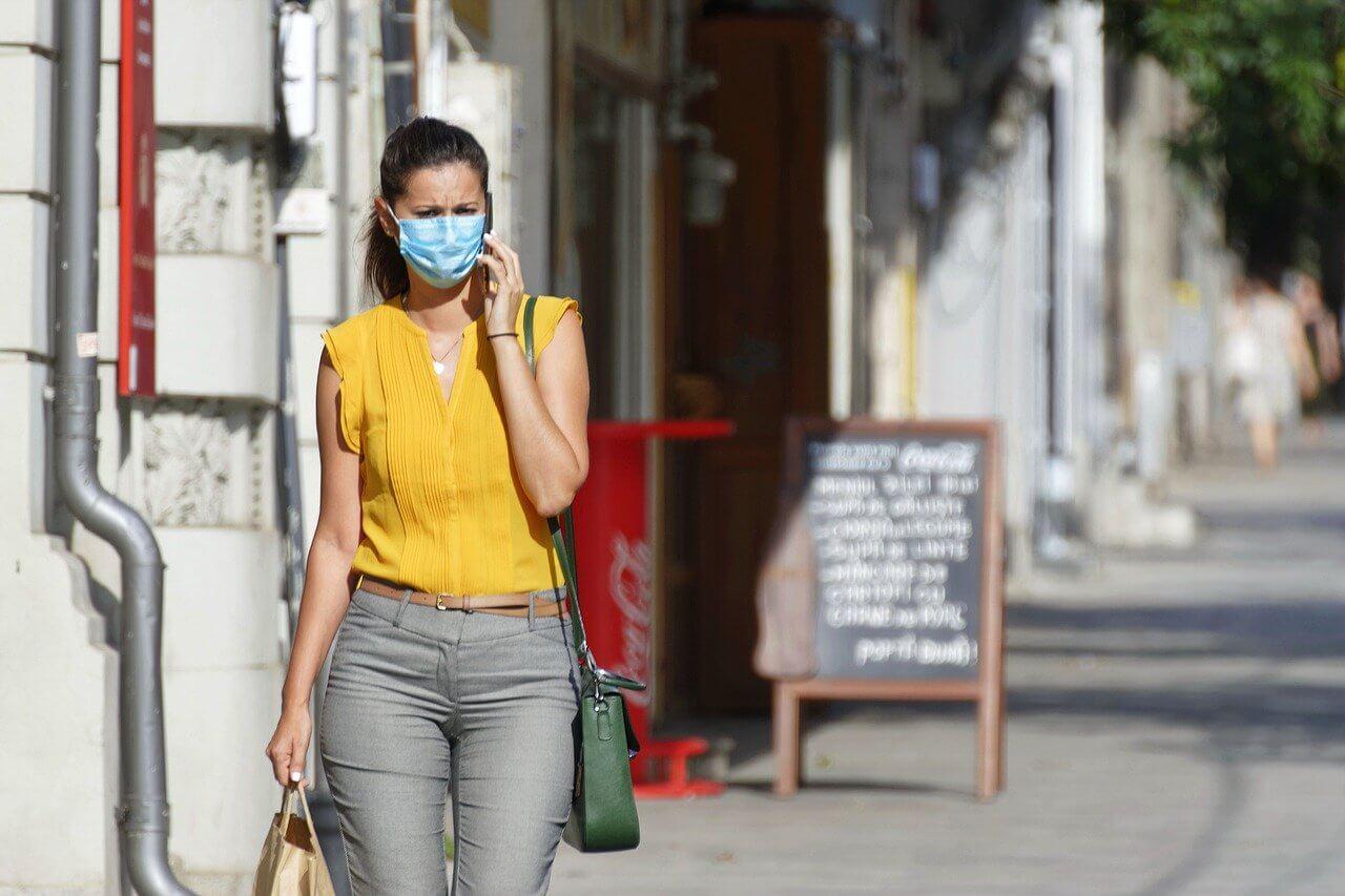 Девушка в маске на улицах города