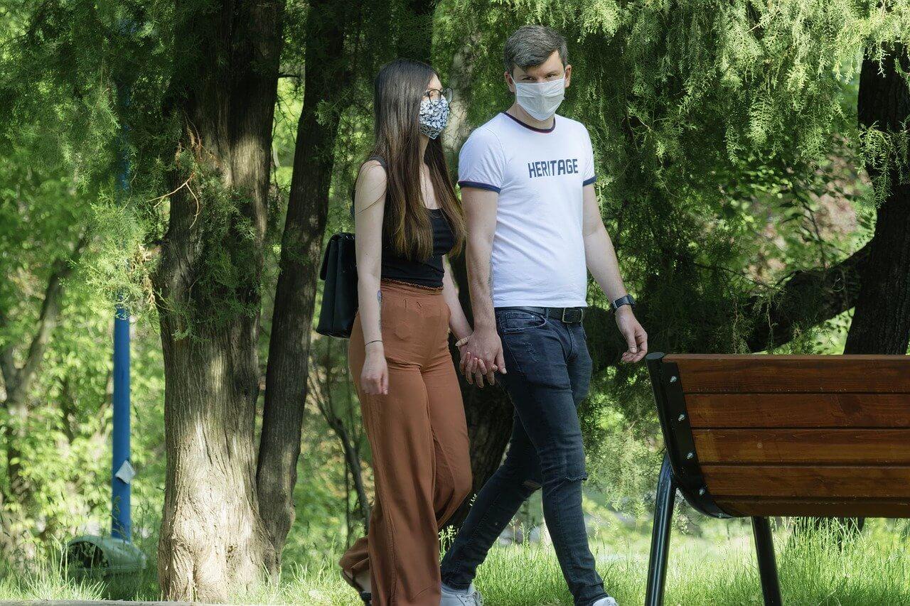 Молодая пара людей в масках