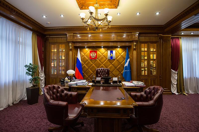 Кабинет губернатора с флагами и гербом